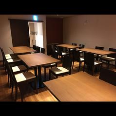 テーブル席は6名掛けが全7席ございます。店内奥のテーブル席は個室としても利用でき、個室貸切は15名様から承ります。
