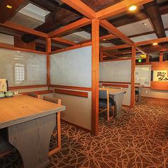 【テーブル 半個室】2~4名様までご利用可能です。 開放的ながらも、個室感覚でご利用いただけます。