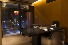 2名様よりご利用いただける個室は奥まった位置にあり、静かでロマンティックな雰囲気でお食事ができます。