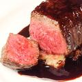 料理メニュー写真甲州ワインビーフモモ肉 230gステーキ 赤ポルト酒のソース