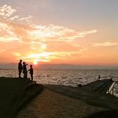 大切な人との大切な時間を 海のむこうに優雅に沈む夕日が盛り立てます。 あなた!最近、海見てますか??雄大な自然から時間の移ろいで映される景色を店内からお楽しみください♪とにかくとにかく沈む夕日が ものすごーく 綺麗なんです!!こんな場所、他ではありませんよ~♪ぜひ一度体感ください!
