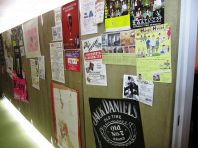入口の壁に一面のポスター