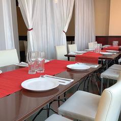 こちらは12名様までお使いいただける半個室のテーブル席。お席の周りはカーテンで仕切りを入れておりますので、グループだけの特別な空間でお過ごしいただけます。向かい合わせ一列のテーブルはゲスト様全員のお顔が見渡せるのでお食事会にぴったり。プチ同窓会やチームの飲み会など中規模のご宴会におすすめです。