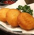 料理メニュー写真カマンベールチーズポテトもち              レンコンの豚はさみ揚げ