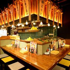 【禁煙】ゆったりと広めのカウンター席は落ち着いた雰囲気でお食事をお楽しみ頂けます。カウンターの目の前で揚げたての天ぷらをサクサクアツアツでお召し上がり頂けます♪KITSUNEはカウンターが一番の特等席!