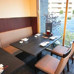 窓側に位置するテーブル席!ランチにはやさしい光がふりそそぎ、心地のよいお席です!