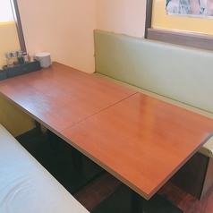 最大4名様までOKのテーブル席。