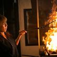《圧倒的なパフォーマンス》九州の薩摩知覧どりを炭火で豪快に焼き上げる姿は必見!大迫力です◎焼