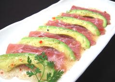 料理メニュー写真マグロとアボカドのカルパッチョ