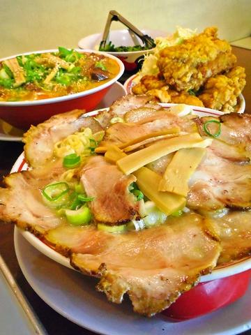渾身のこだわりスープに絡む麺。ボリュームたっぷりリーズナブル。唐揚げは超ビッグ!