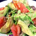 料理メニュー写真●アボカドとトマトのサラダ