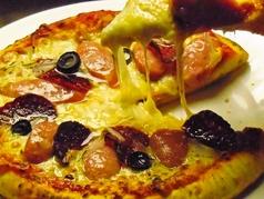 サラミとソーセージのピザ