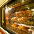 じっくり時間をかけて焼き上げる、ロティサリーチキン専用の豪快なオーブン!鶏の脂が下の鶏肉に落ち、皮をパリパリニ焼き上げる。