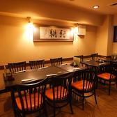 10名様までゆったり座れるテーブル席。落ち着いた雰囲気で、うなぎと魚料理を召し上がれ。