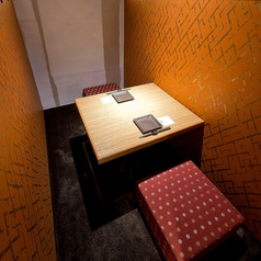 【掘りごたつ席:2名様までご利用可能です】少人数様向けの個室もございます。ご友人との飲み会やデートにも完全個室をご用意致します。静かで、周りを気にすることなくお食事をお愉しみいただけます。ゆったり、のんびりお過ごしいただけるお席ばかりですので是非お越し下さい!コースとご一緒にお席のご予約を♪