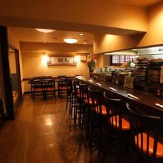 総席数:30席。ゆったりとした店内は、木の温もりが感じられる内装になっております。おひとり様から10名様までお座りいただけるテーブル席や座敷が御座います。お気軽にご利用下さいませ。