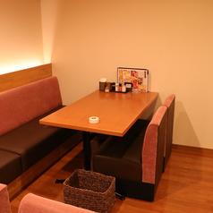 2F:テーブル席。大人数宴会も可能です。