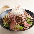 料理メニュー写真合鴨ロースと揚げ蕎麦のサラダ