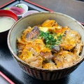 料理メニュー写真三種地鶏とこだわり卵の親子丼(小鉢・スープ・漬物付)【ご飯大盛り無料・ドリンク付】
