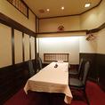 お部屋を繋げて最大18名様までご利用いただける個室がございます。職場のご宴会からご家族でのお食事まで、お客様のご利用シーンに合わせてご利用ください。