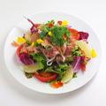 料理メニュー写真【生ハムとハーブとフルーツのサラダ】