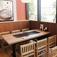 開放感のある窓際のテーブル席でごゆっくりお食事をお楽しみください。