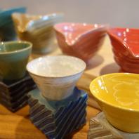 日本酒は、彩り豊かな酒とったりオリジナルの器で。