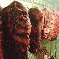 熟成庫で大切に寝かされた熟成肉!