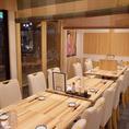 テーブルが並ぶ開けた空間は、20~30名様の宴会に!フロア貸切が可能です。