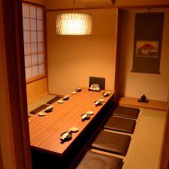 【完全個室】居酒屋 凛火 新宿東口店では、8名~10名様でご利用いただける掘りごたつ式の完全個室を完備しております。落ち着いた雰囲気のプライベートな空間で、自慢の海鮮料理やお酒をご堪能ください。個室は1室のみですので、御予約はお早めにお取りいただくことをおすすめします。
