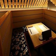 【ボックス席】半個室風のテーブル席です。デートにおすすめで2名様に人気のお席となっております。間接照明灯る大人な空間で、素材にこだわった和食と日本酒をお楽しみください。