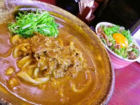 店長自慢の二品は、カレーうどん&肉玉子ライス。煮込んだ牛肉とカレーがあとをひく。