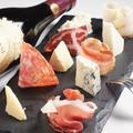 料理メニュー写真イタリア産ハムとチーズの盛り合わせ