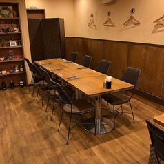 4名様のテーブル席です。写真は同タイプのテーブルを連結させた8名様用のイメージです。