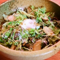 料理メニュー写真燻製ささみと温泉玉子のシーザーサラダ