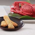 【伊勢海老おかき】国産のもち米のみを使用し、伊勢海老はエキスを使うことなく殻を微粉末にして、素材本来の旨みと香りを存分に引き出しました。厳選した伊勢海老の身と殻が醸す上品な香りと、もち米で作りあげた「ふっくら、さくっ」の至福の食感。