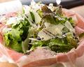 料理メニュー写真パルマ産生ハムとパルミジャーノのガッツリ盛りサラダ