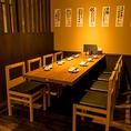 少人数でのちょっとした宴会や会社帰りの飲み会など様々なシーンにてご利用いただけるテーブル席は、ゆっくりとした落ち着いた雰囲気の店内を見渡すことができるオープンなお席となっております。スタッフとの会話もお楽しみいただけます。