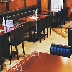テーブル38席。アクリル板のパーテーションを設けています。密を避けるため、席数を減らして営業していますので、事前のご予約をお勧めしています!