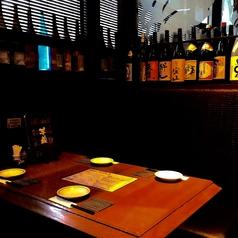 テーブル個室!芋蔵ならではの焼酎の瓶に囲まれた接待やデートにぴったりなテーブル個室です。