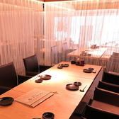 それぞれカーテンで仕切られているので、プライベートな空間でお食事していただけます。お席をつけて大人数でもご利用可能なお席です!