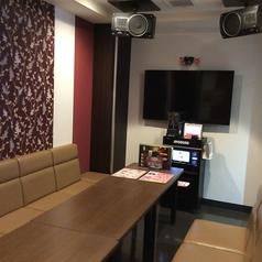 10名様のお部屋は各部屋スクリーンが2台あるのでどこの場所にいても歌いやすい♪