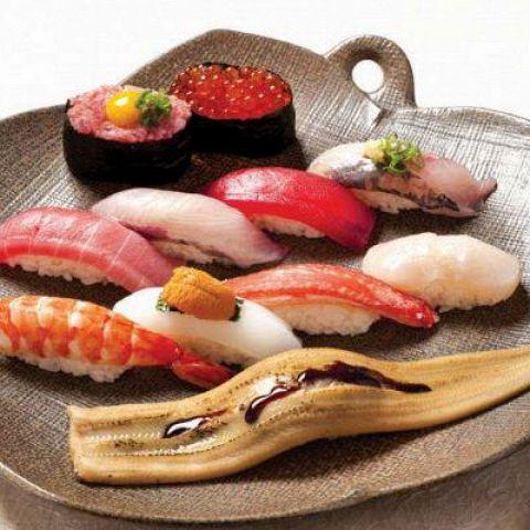 立川駅徒歩2分、立川で本格江戸前寿司を食べたい時は「あらい鮨総本店」がオススメ。ゆっくりと食事を楽しみたい方は個室で、カウンター席では職人の技を楽しみながら食事ができます。新鮮な魚介類を職人が丹精込めて握るお寿司はここでしか味わえません。お祝い事や接待にもおすすめです。