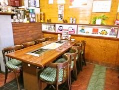 テーブル14席(6人席×1、8人席×1)ございます。