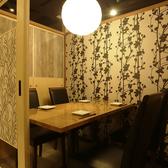 完全個室 プライベート空間で旬の食材を堪能…。温かな照明溢れる個室空間で日頃の疲れを癒しませんか?2名様~OKの個室空間は日頃の疲れを癒す落ち着いたくつろぎ空間。最大90までの貸切予約も可能!大人数宴会は二列席でのご用意も可能!もちろん全員お顔を見渡せる作りになっております!是非お問い合わせ下さい。