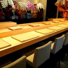 カウンター席はお店の方とお話を楽しみたい方におすすめ。カウンターから出てくるお寿司を頂くのは格別です。