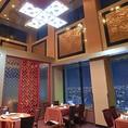 高さ6m程ある高い天井と広々とした開放的な空間はお客様の心を落ち着かせ、より一層お料理をお楽しみいただけます。