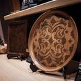 アイヌ伝統工芸品「イタ(お盆)」の美しい彫りを間近でご覧いただけます。