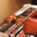 炭火を使ってじっくり焼いた串は口に入れるとふわっとした食感とわずかな炭の風味が食材にマッチし絶品な一本に仕上がっております。ビールや日本酒にもぴったり。串の種類も豊富に取り揃えております。