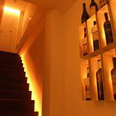 【2階】2階に上がる階段は温かな光が特徴。オレンジ色のダウンライトに照らされてくつろぎの空間へといざないます。